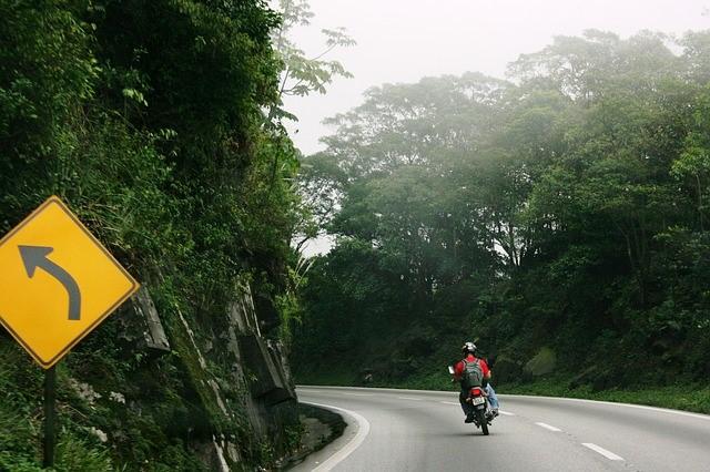 Conducir en moto es una experiencia de conducción para muchos y una necesidad para otros, pero todos necesitan saber cómo conducir de forma segura.