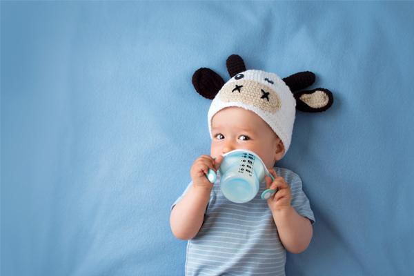 Aprende a como realizar correctamente la lactancia artificial con tu bebé con este artículo.