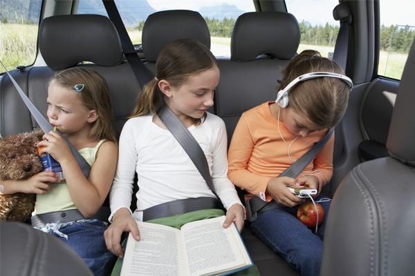 Entretén a los niños durante los viajes largos.