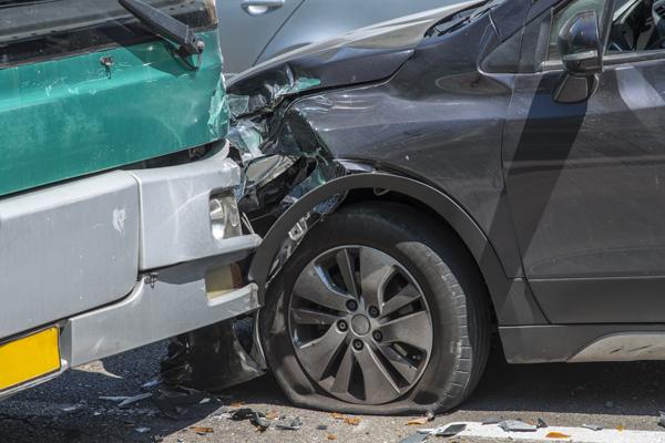 El seguro de coche y los neumáticos dañados