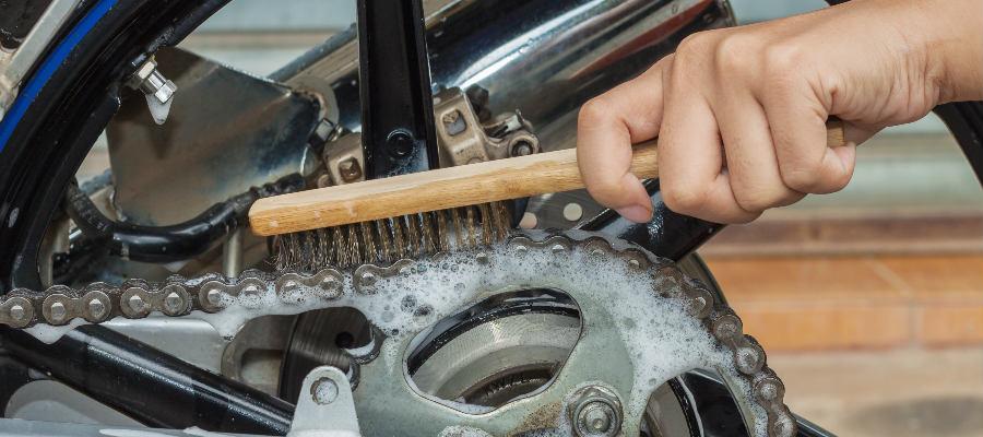Pasos para limpiar y engrasar la cadena de la moto