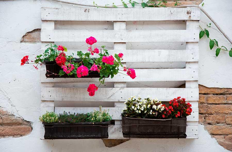 decoracion con palets y flores