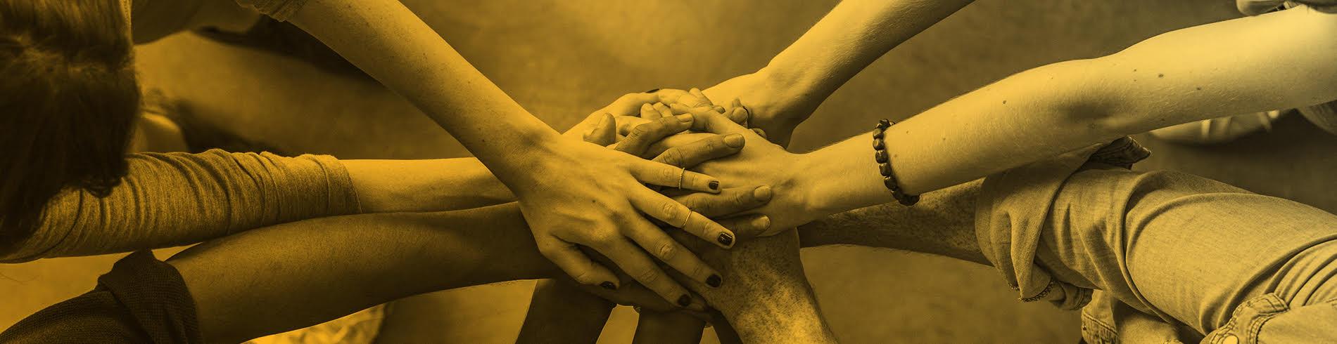 manos haciendo equipo